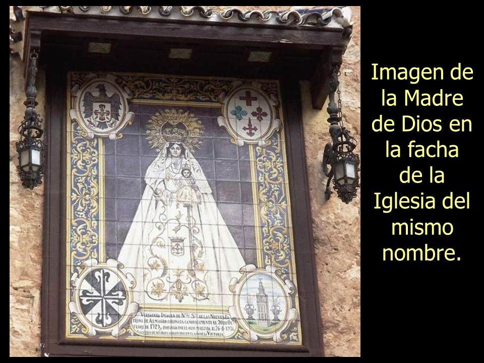 Imagen de la Madre de Dios en la facha de la Iglesia del mismo nombre.