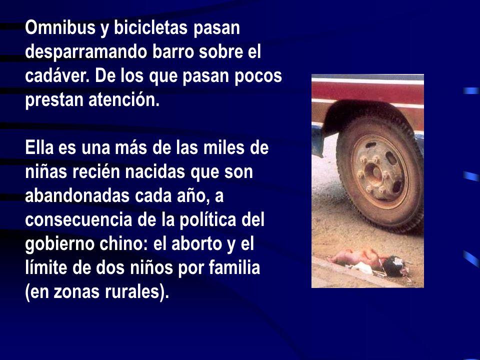 Omnibus y bicicletas pasan desparramando barro sobre el cadáver. De los que pasan pocos prestan atención. Ella es una más de las miles de niñas recién