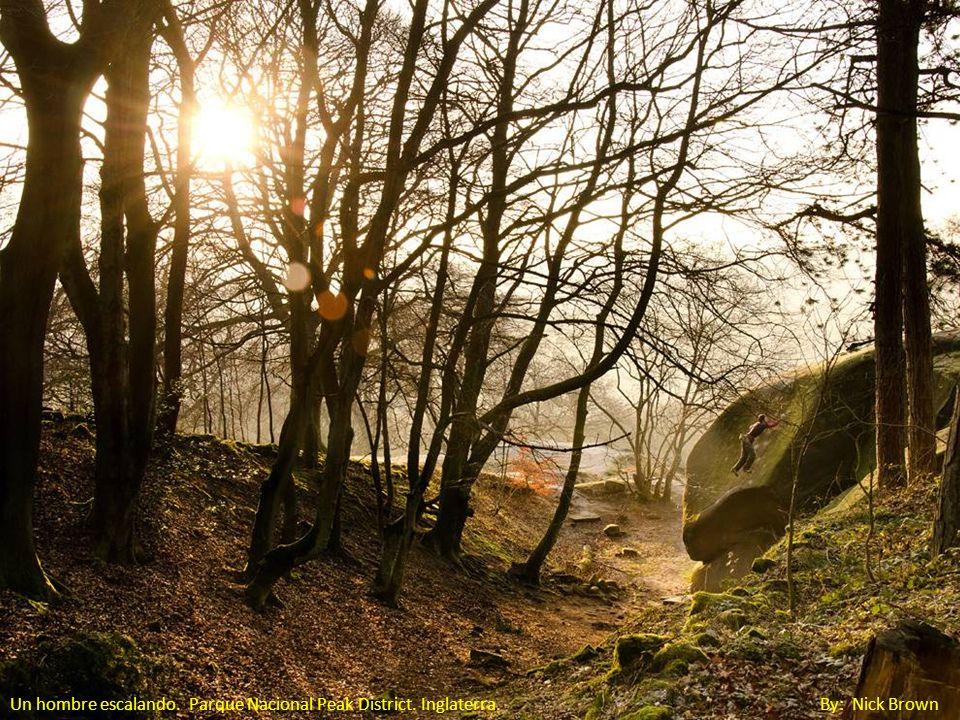 Un hombre escalando. Parque Nacional Peak District. Inglaterra. By: Nick Brown