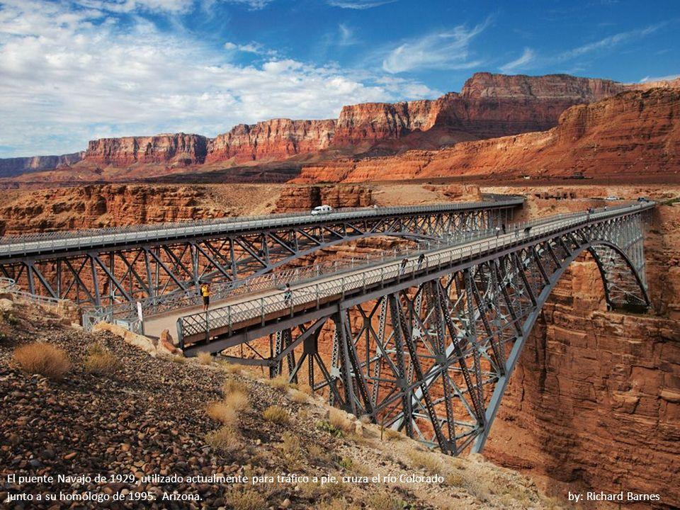 El puente Navajo de 1929, utilizado actualmente para tráfico a pie, cruza el río Colorado junto a su homólogo de 1995.