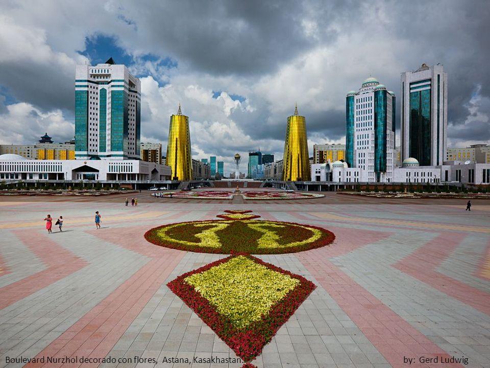 Boulevard Nurzhol decorado con flores, Astana, Kasakhastan. by: Gerd Ludwig