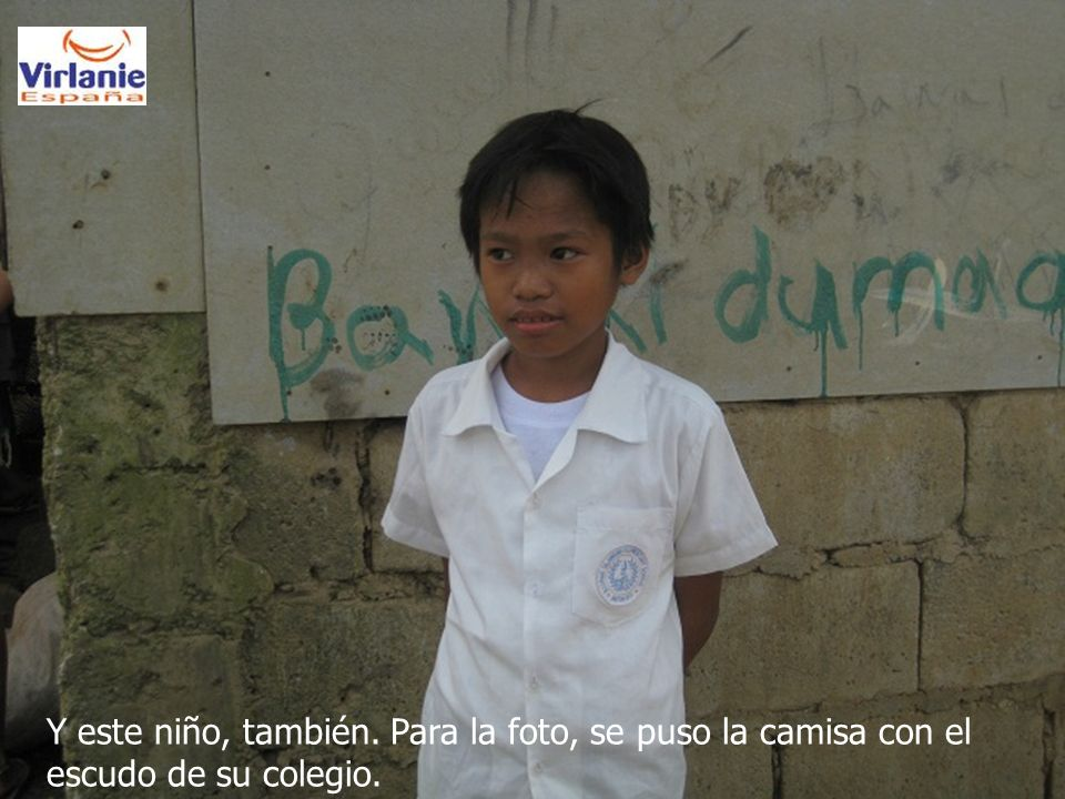 Y este niño, también. Para la foto, se puso la camisa con el escudo de su colegio.