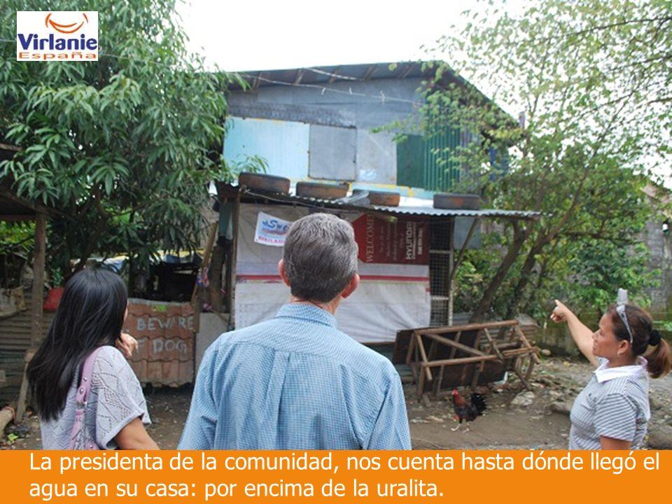 La presidenta de la comunidad, nos cuenta hasta dónde llegó el agua en su casa: por encima de la uralita.