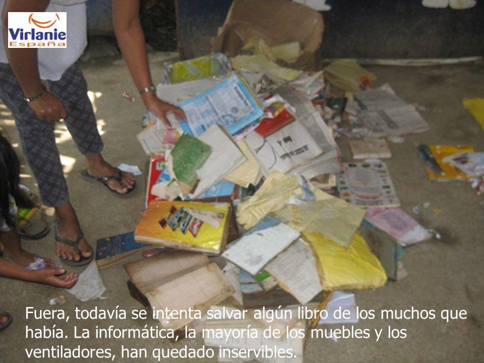 Fuera, todavía se intenta salvar algún libro de los muchos que había.