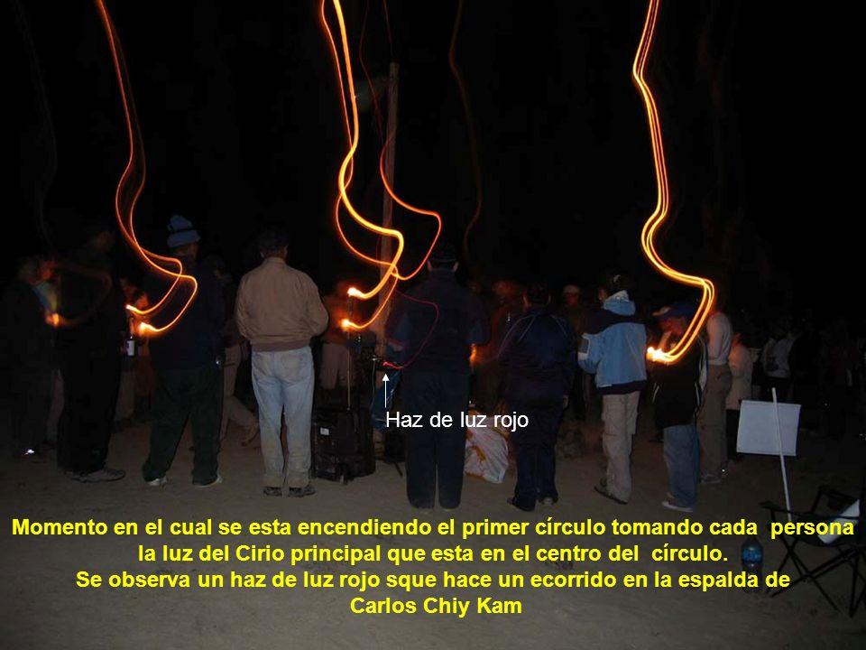 Apreciamos como baja un energía en forma de haz de luz que se Conecta con Carlos Chiy kam y el cirio en el momento del encendido del cirio principal.