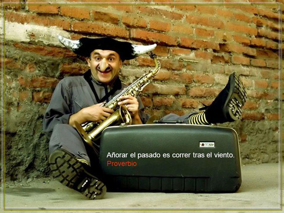 El sabio puede sentarse en un hormiguero, pero sólo el necio se queda sentado en él. Proverbio