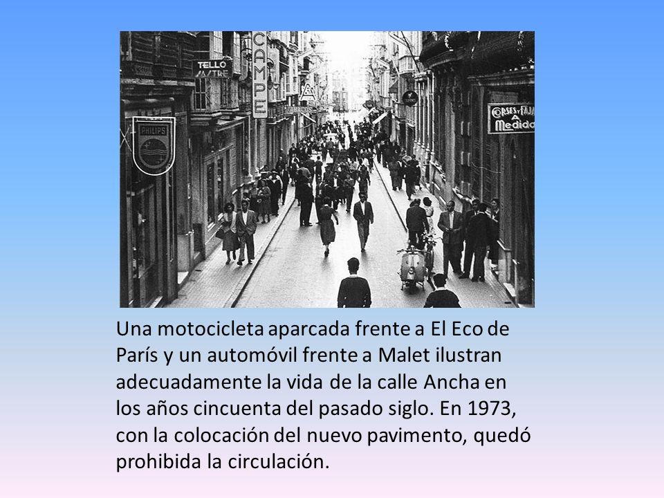 Una motocicleta aparcada frente a El Eco de París y un automóvil frente a Malet ilustran adecuadamente la vida de la calle Ancha en los años cincuenta del pasado siglo.