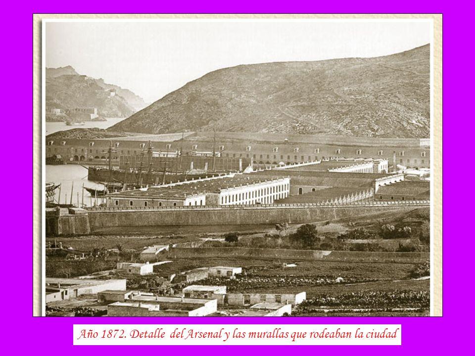 Dársena de botes frente a las puertas del Muelle desaparecida al ganar terreno al mar en 1877. Hoy día la explanada de los Héroes de Cavíte