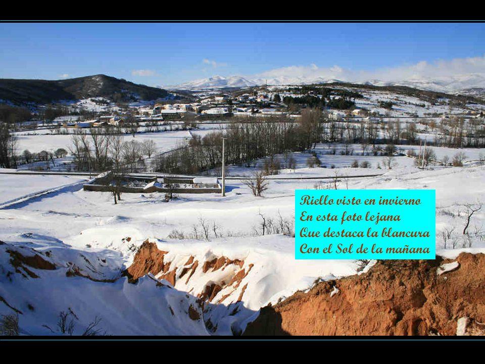 Riello visto en invierno En esta foto lejana Que destaca la blancura Con el Sol de la mañana
