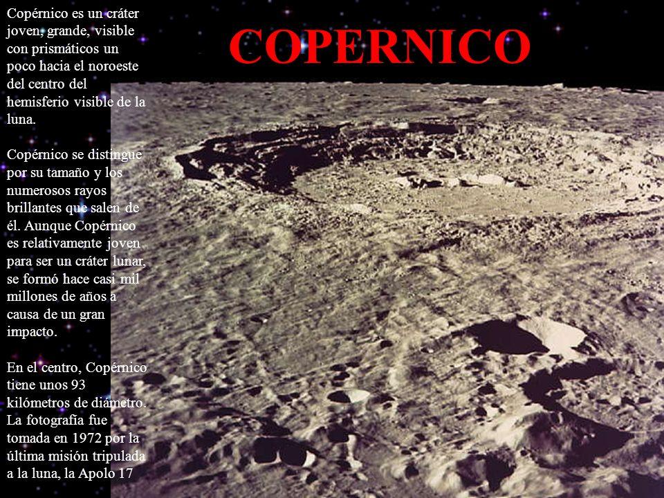 Copérnico es un cráter joven, grande, visible con prismáticos un poco hacia el noroeste del centro del hemisferio visible de la luna.