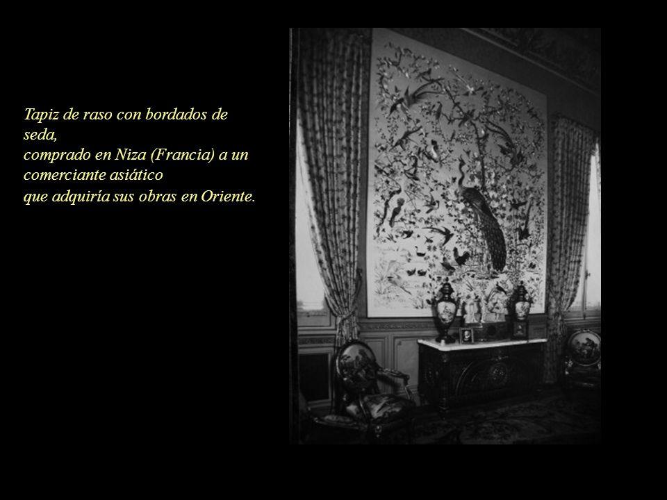 Tapiz de raso con bordados de seda, comprado en Niza (Francia) a un comerciante asiático que adquiría sus obras en Oriente.