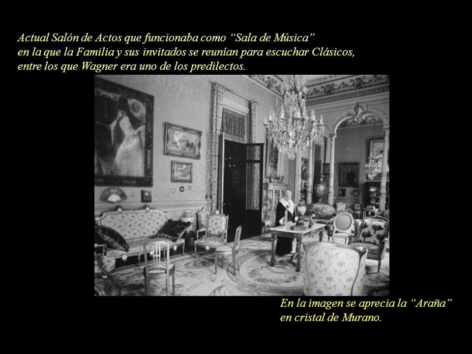 En la imagen se aprecia la Araña en cristal de Murano. Actual Salón de Actos que funcionaba como Sala de Música en la que la Familia y sus invitados s