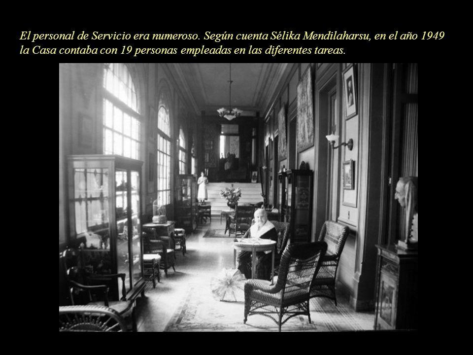 El personal de Servicio era numeroso. Según cuenta Sélika Mendilaharsu, en el año 1949 la Casa contaba con 19 personas empleadas en las diferentes tar