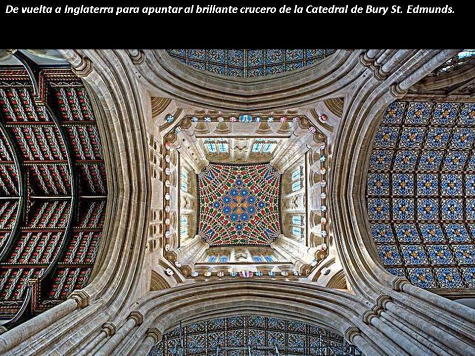 No muy lejos en el espacio, pero si en los siglos, se encuentra la basílica de Notre-Dame de la Garde, en Marsella, con su decoración neo-bizantina y