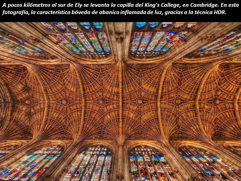 Ésta espectacular linterna octogonal, sobre el crucero de la Catedral de Ely, fue construida tras el derrumbe de la antigua torre y completada en 1340