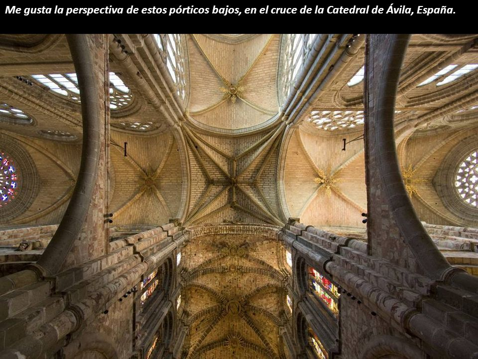 Esta doble estrella blanca pertenece a la Catedral de Burgos, España. Su audaz diseño se llevó a cabo después de que la no menos audaz cúpula anterior