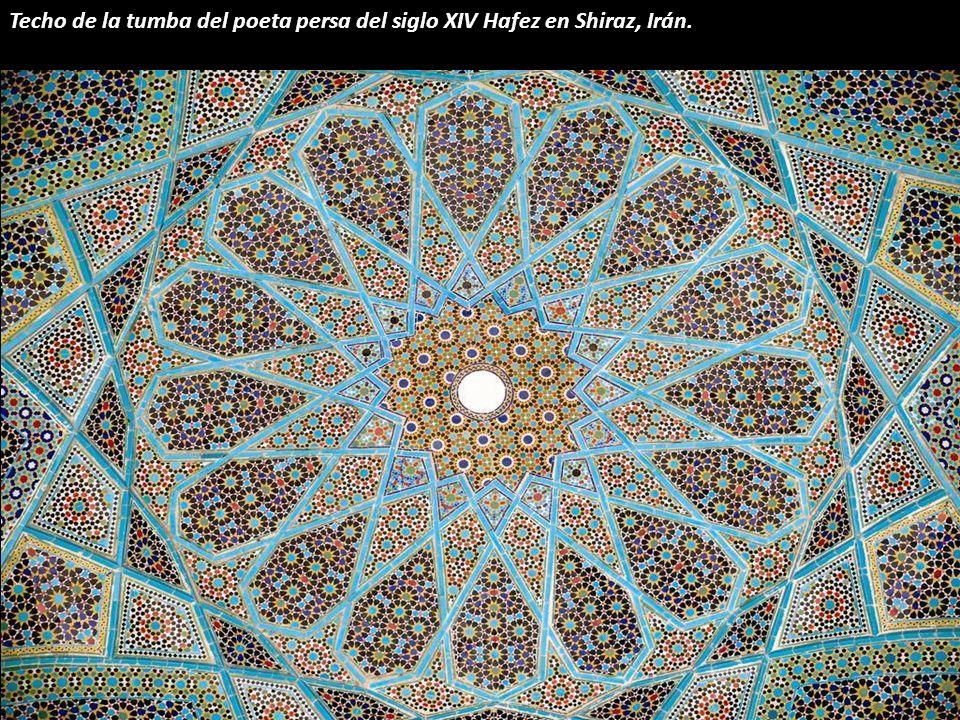Una cúpula azul zafiro que también se encuentra en Yazd, Irán.