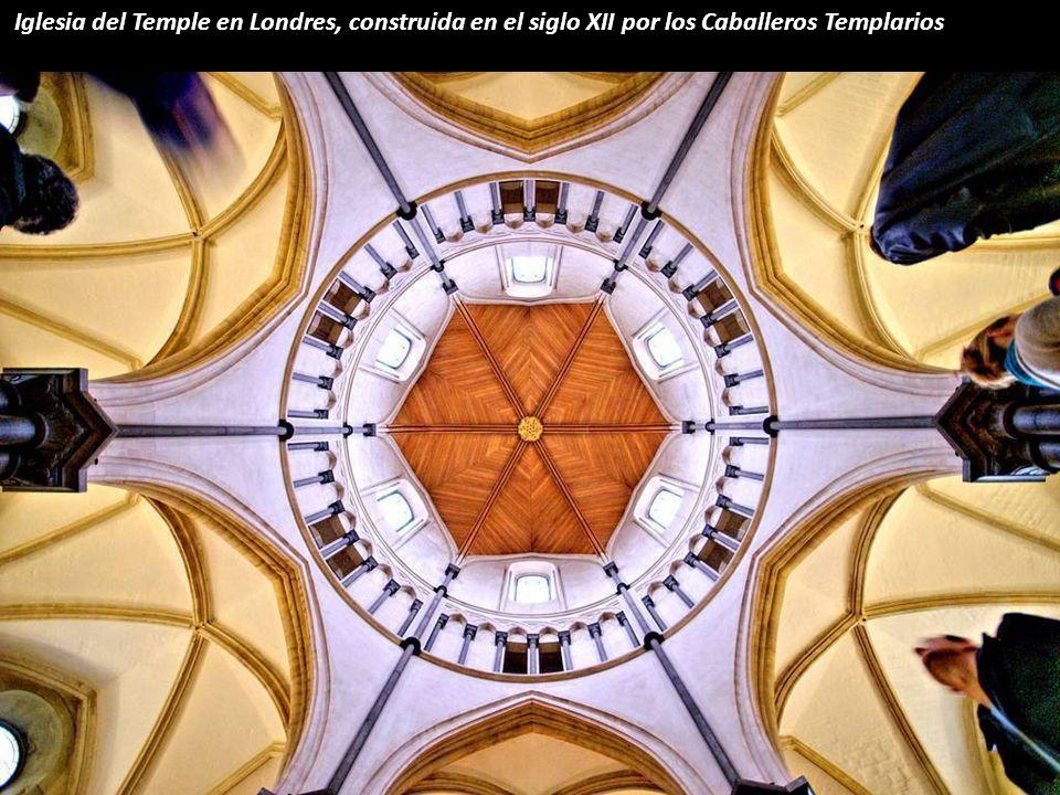 Esta fantástica bóveda, que data de 1427, representa el universo, aunque más bien parece un sol abrasador.