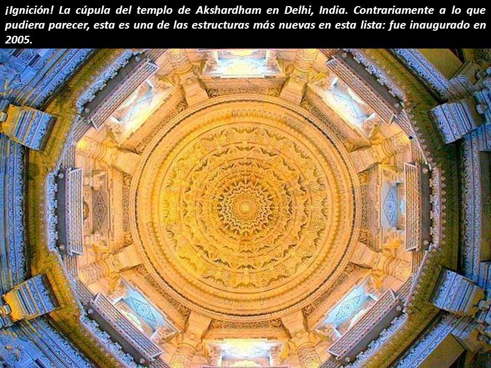 ¿El motor de propulsión de una nave intergaláctica a punto de alejarse? El templo de Ranakpur Jain, India.