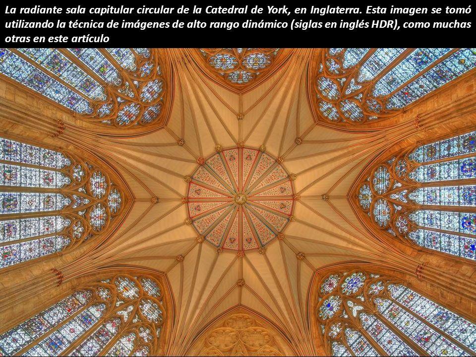 Ésta espectacular linterna octogonal, sobre el crucero de la Catedral de Ely, fue construida tras el derrumbe de la antigua torre y completada en 1340.