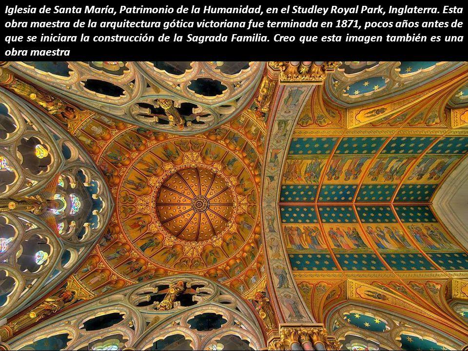 Una estrella oscura, el techo de la Sagrada Familia, en Barcelona. Es increíble cómo Gaudí creó una estructura que parece un edificio ultra-moderno de