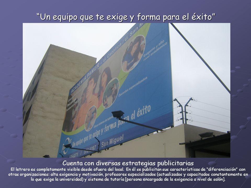 Cuenta con diversas estrategias publicitarias El letrero es completamente visible desde afuera del local.