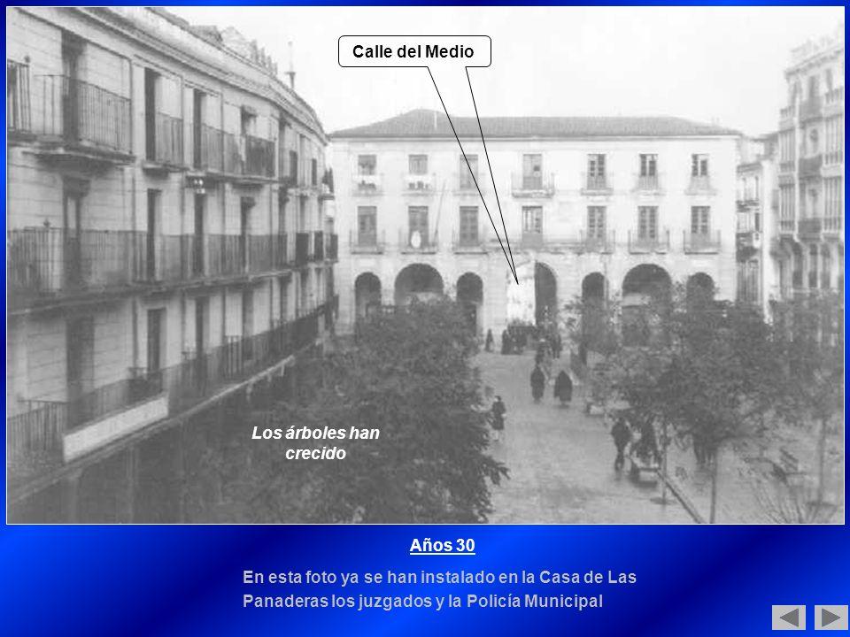 Años 30 En esta foto ya se han instalado en la Casa de Las Panaderas los juzgados y la Policía Municipal Los árboles han crecido Calle del Medio