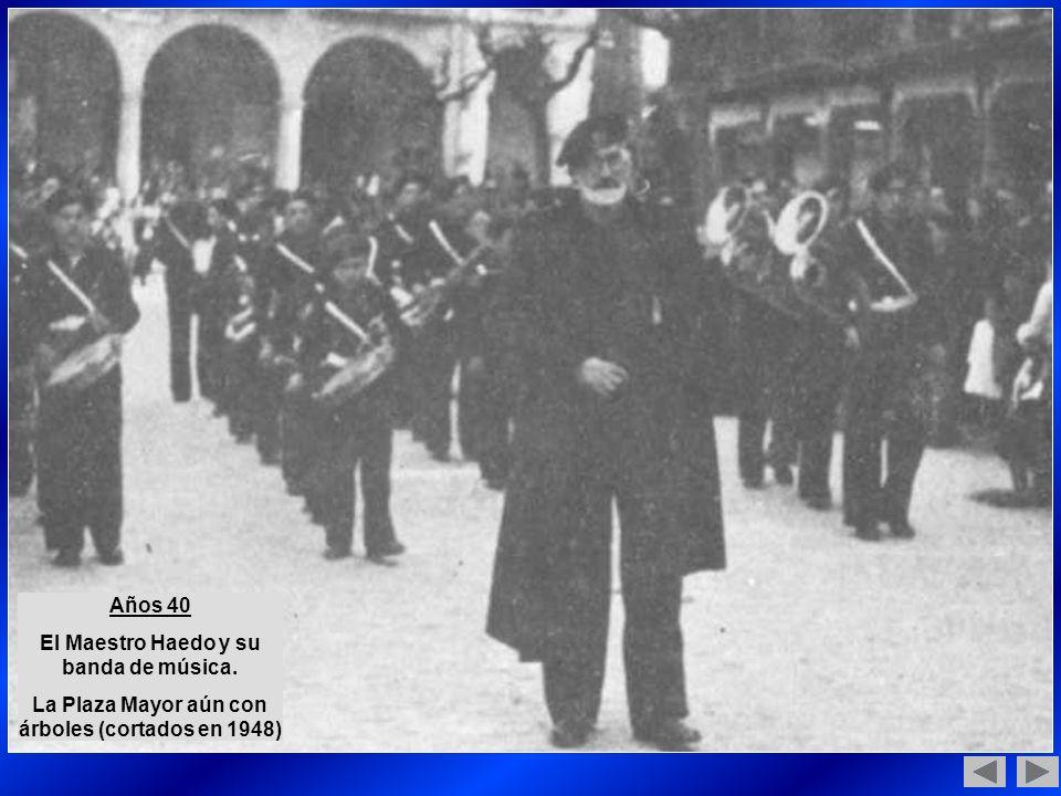 Años 40 El Maestro Haedo y su banda de música. La Plaza Mayor aún con árboles (cortados en 1948)
