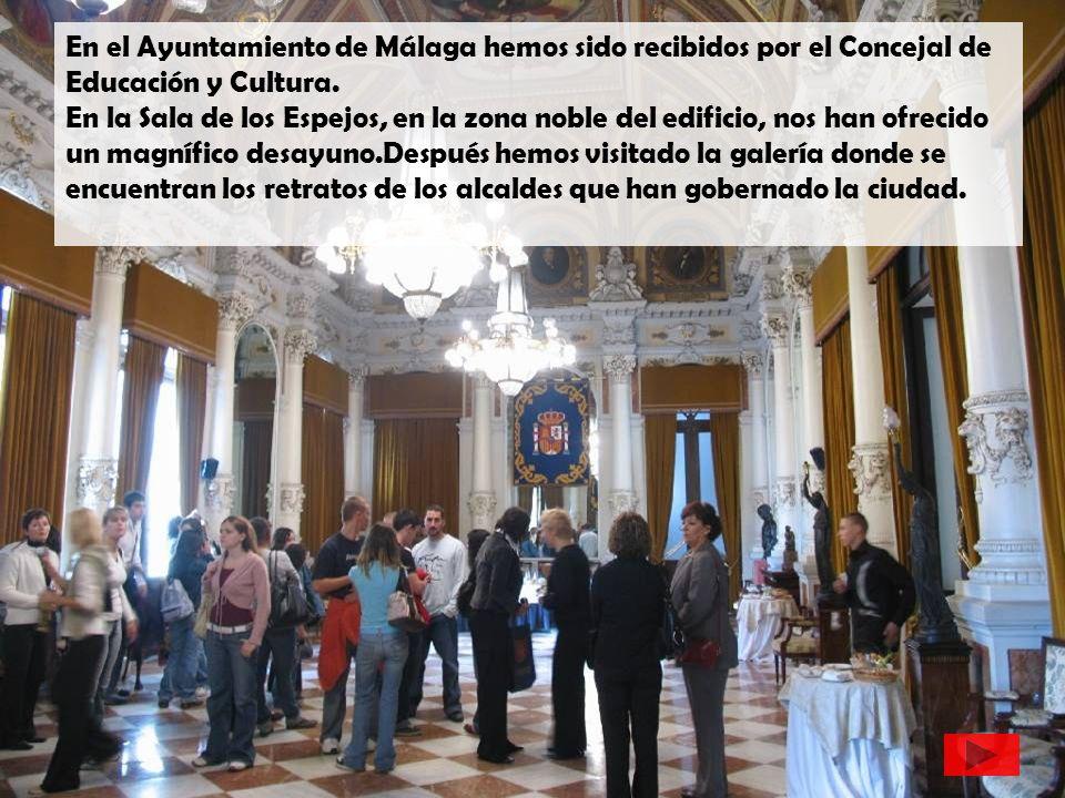 En el Ayuntamiento de Málaga hemos sido recibidos por el Concejal de Educación y Cultura. En la Sala de los Espejos, en la zona noble del edificio, no