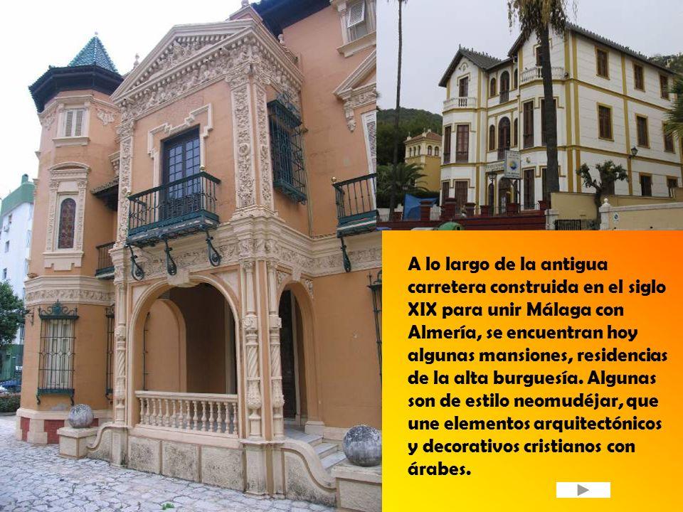 A lo largo de la antigua carretera construida en el siglo XIX para unir Málaga con Almería, se encuentran hoy algunas mansiones, residencias de la alt