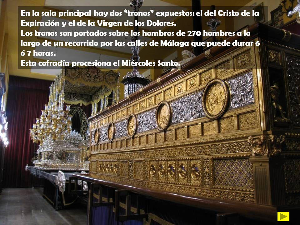 En la sala principal hay dos tronos expuestos: el del Cristo de la Expiración y el de la Virgen de los Dolores. Los tronos son portados sobre los homb