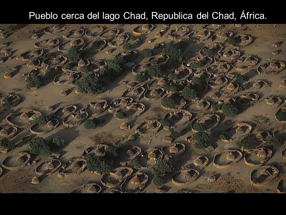 Pueblo cerca del lago Chad, Republica del Chad, África.