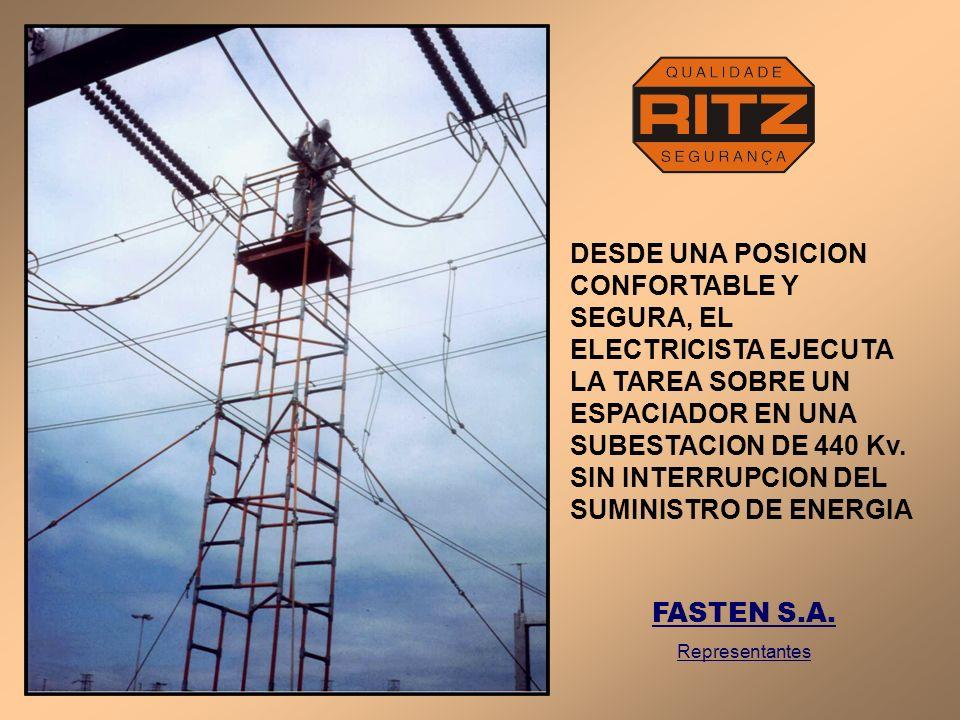 DESDE UNA POSICION CONFORTABLE Y SEGURA, EL ELECTRICISTA EJECUTA LA TAREA SOBRE UN ESPACIADOR EN UNA SUBESTACION DE 440 Kv. SIN INTERRUPCION DEL SUMIN