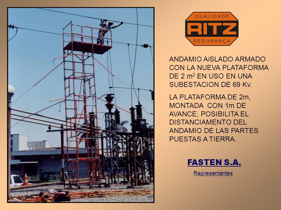 ANDAMIO AiSLADO ARMADO CON LA NUEVA PLATAFORMA DE 2 m 2 EN USO EN UNA SUBESTACION DE 69 Kv. LA PLATAFORMA DE 2m, MONTADA CON 1m DE AVANCE, POSIBILITA