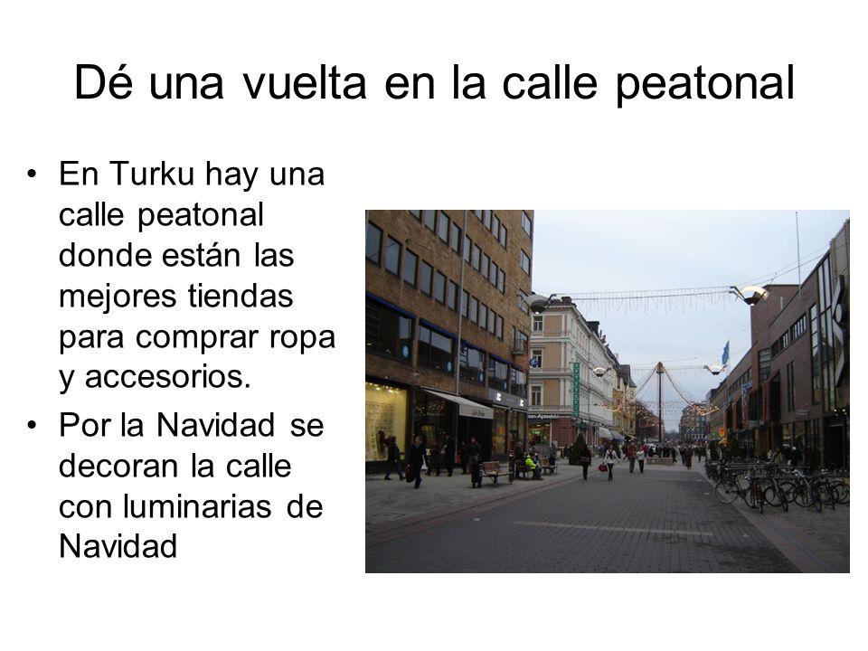 Dé una vuelta en la calle peatonal En Turku hay una calle peatonal donde están las mejores tiendas para comprar ropa y accesorios. Por la Navidad se d