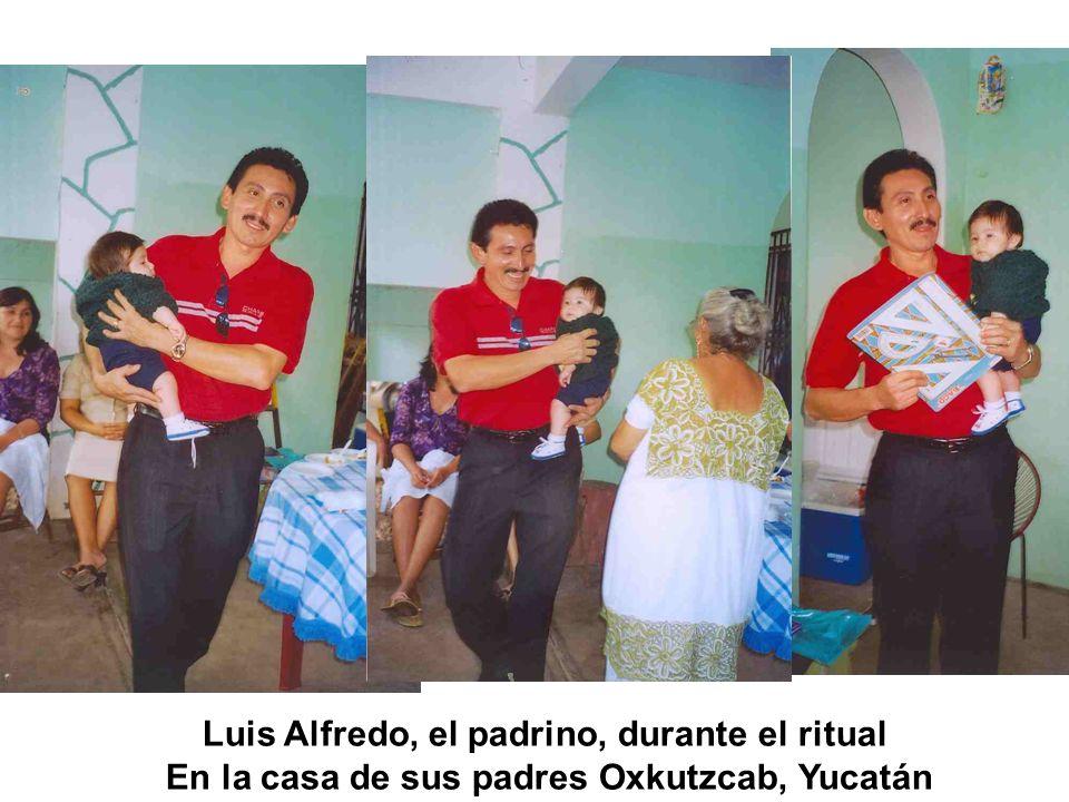 Luis Alfredo, el padrino, durante el ritual En la casa de sus padres Oxkutzcab, Yucatán