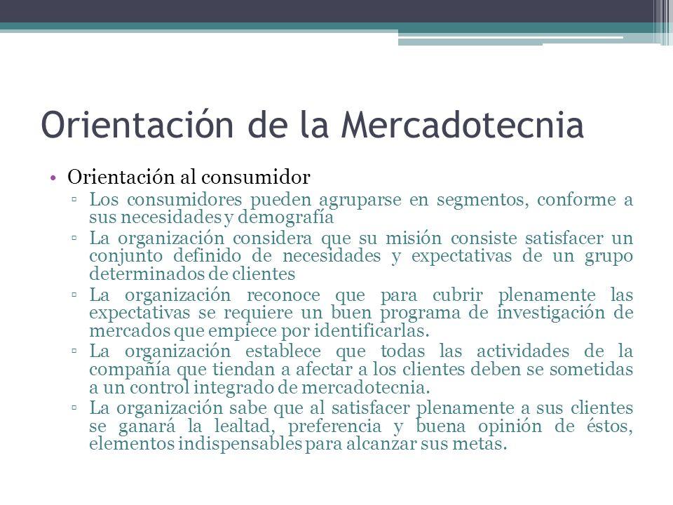 Orientación de la Mercadotecnia Orientación al consumidor Los consumidores pueden agruparse en segmentos, conforme a sus necesidades y demografía La o