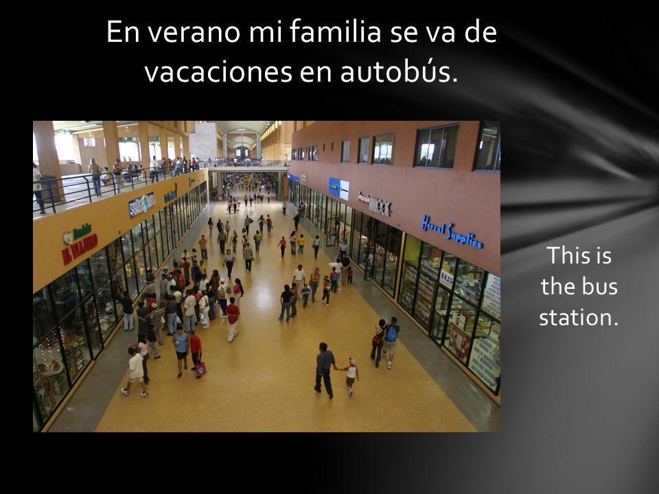 En verano mi familia se va de vacaciones en autobús. This is the bus station.