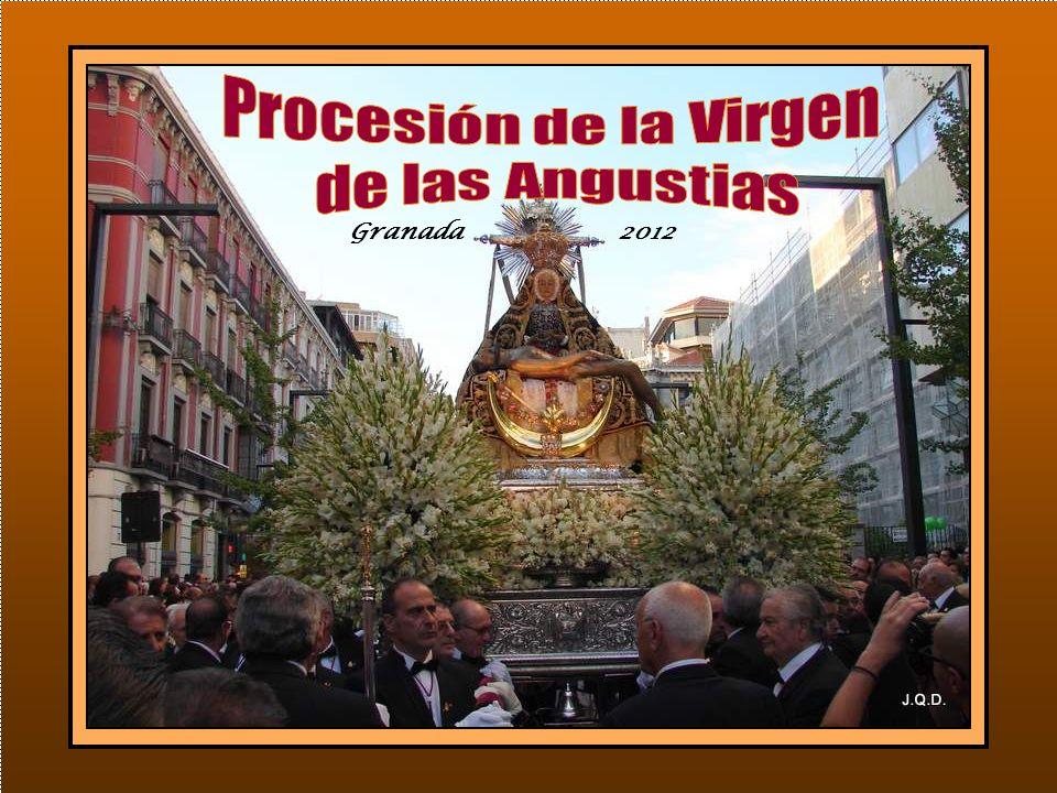 Seguidamente y presidida por la Virgen, tiene lugar la Misa de Hermandad oficiada por el arzobispo Monseñor Javier Martínez.