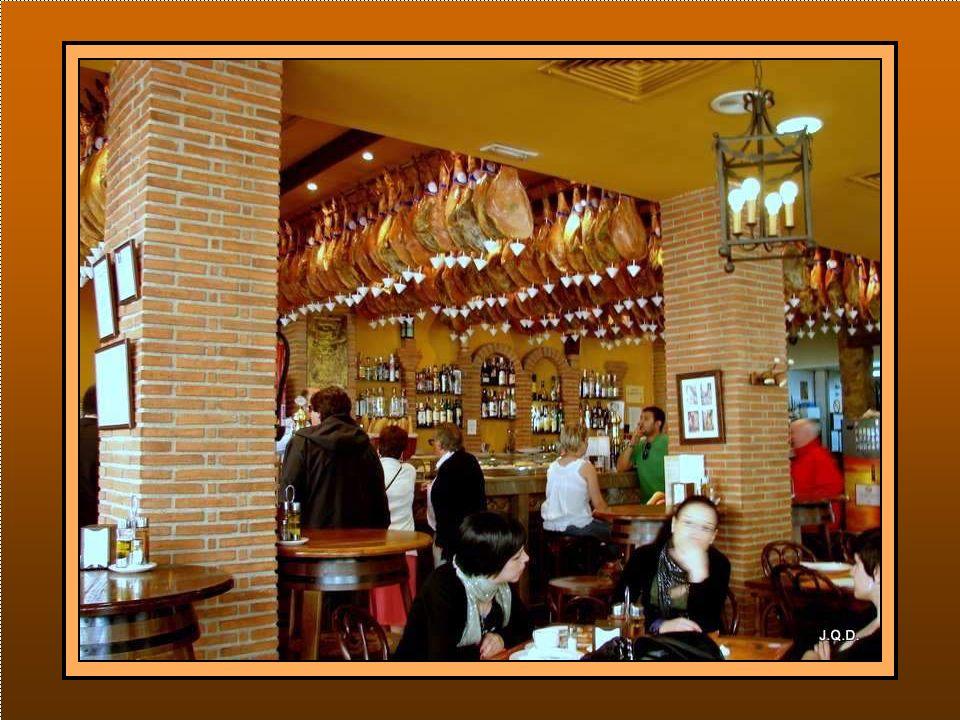 Hay que tomar alguna cerveza en cualquiera de los muchos bares que hay por la zona.