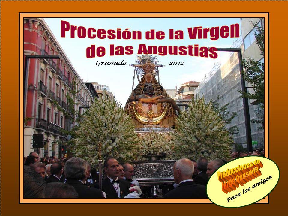 La Virgen está delante del altar Mayor dispuesta para la procesión.