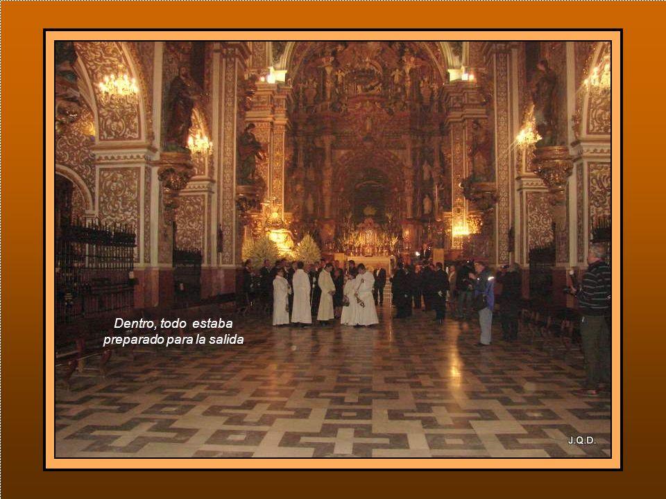 A la entrada de la Basílica se iba concentrando la Hermandad