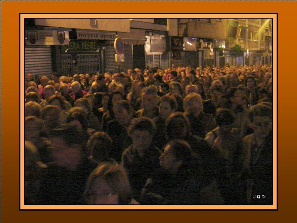 En la calle esperaban gran cantidad de fieles