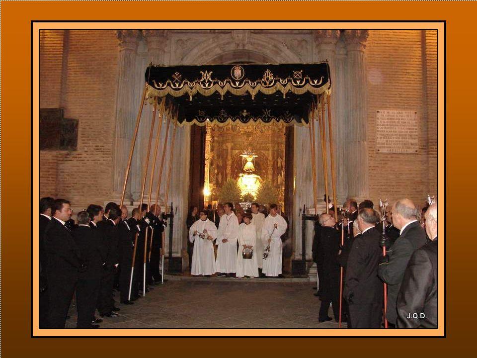 El Cuerpo de Hermanos Palieros en la puerta, anuncian la salida de la Virgen.