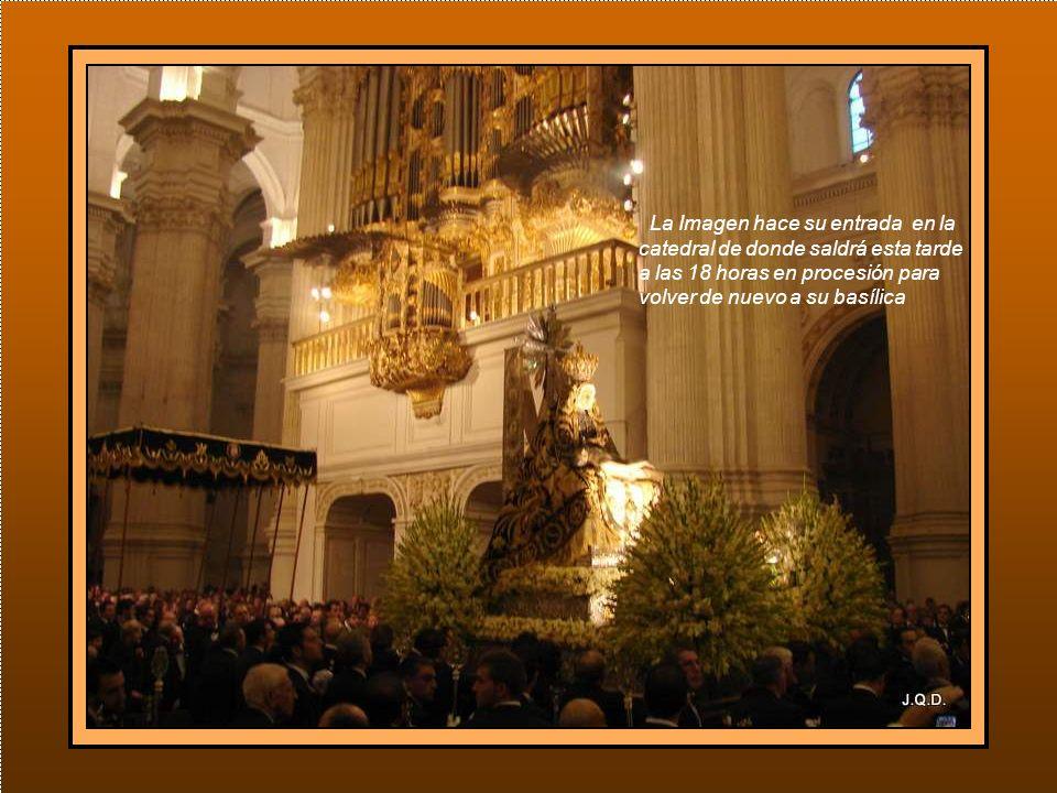 En la puerta es recibida por el arzobispo con el deán de la catedral y los canónicos.