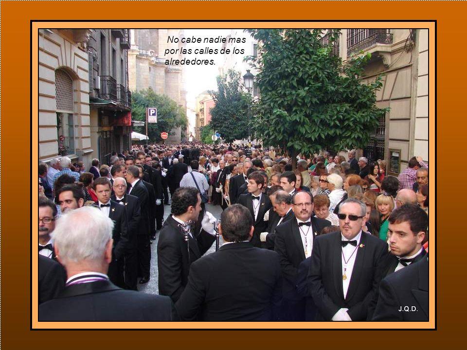 Ya por la tarde, una hora antes de la salida, la gente se acumula en la entrada de la catedral.