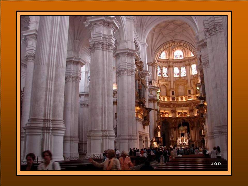 …y entrar en el templo para ver a la Virgen antes de su salida.