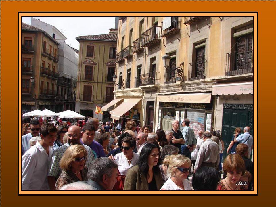La procesión será a las siete de la tarde y la mañana ha transcurrido haciendo las compras y disfrutando del ambiente.