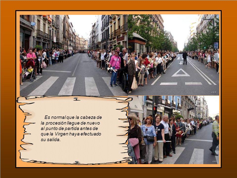 Mientras esto ocurre en la catedral, nos vamos a las calles del recorrido donde vemos como las filas de gente con velas que salieron los primeros, tienen hecho mas de la mitad del camino.