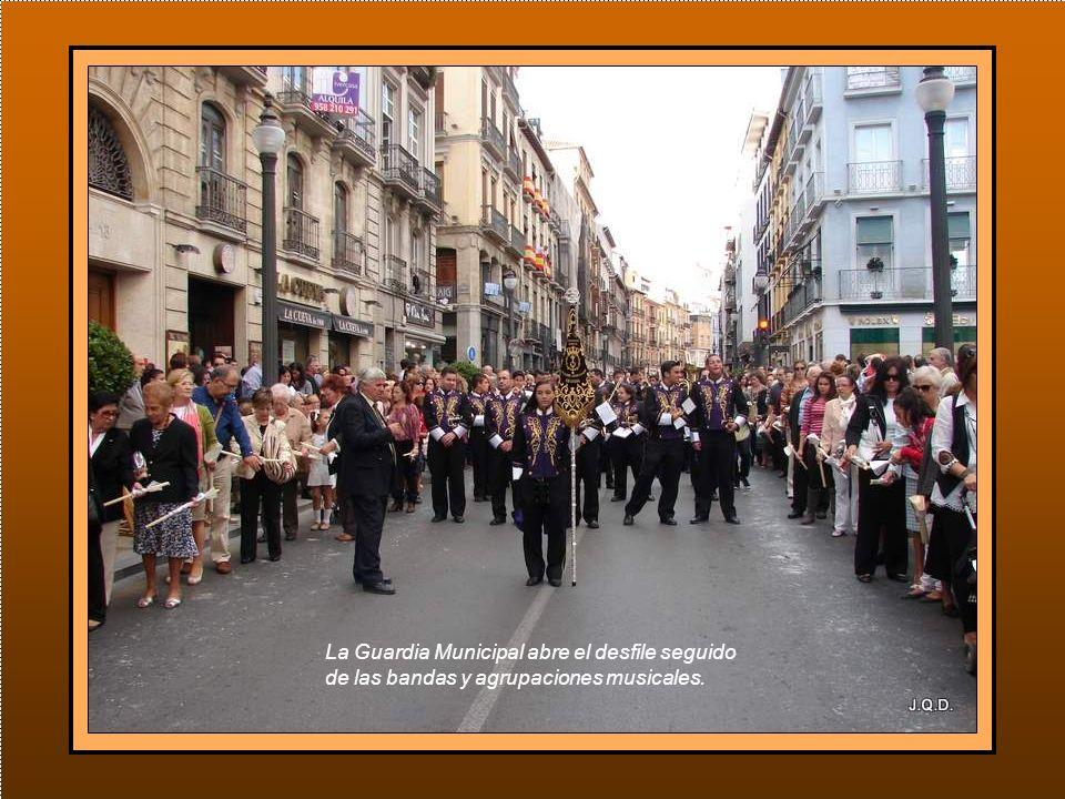 D esfilan en esta procesión el Cuerpo de Hermanos Cofrades de la Virgen, Hermanos Horquilleros, Cuerpo de Camareras y de Hermanos Oficiales, todos acompañados de sus Juntas Directivas y de Gobierno.